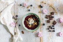 Пюре миску з лісовими ягодами — стокове фото
