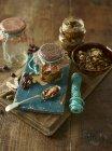 Hachis de fruits secs dans des bocaux sur un bureau — Photo de stock