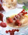 Nahaufnahme von Birnenfondue und Sauternes Wein Granita — Stockfoto