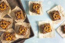 Brownie al forno fresco che serve con le ciambelline salate — Foto stock