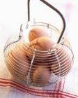 Cestino di metallo di uova fresche — Foto stock