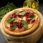 Pizza a fette con la salsa di pomodoro — Foto stock