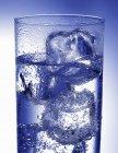 Стакан води з кубиками льоду — стокове фото
