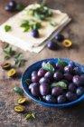 Ciruelas frescas en tazón de fuente - foto de stock