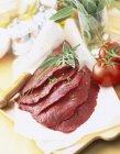 Filetes crudos en toalla - foto de stock