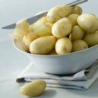 Свіжі картоплі в мисці — стокове фото