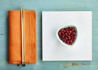 Семена граната в миске — стоковое фото