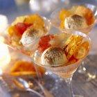 Ensalada de frutas con helado de canela - foto de stock