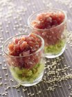 Froce avocado con semi di sesamo e tonno in occhiali — Foto stock