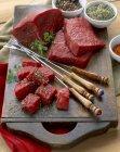 Brocken rohes Rindfleisch für fondue — Stockfoto