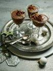 Mousse di cioccolato ricoperta di cioccolato in fiocchi — Foto stock