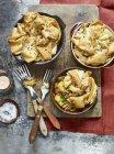 Draufsicht der drei einzelnen Portionen Curry Chicken pie — Stockfoto