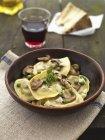 Ravioli di formaggio con funghi — Foto stock