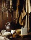 Натюрморт с сыром Cancoilloe и различными кухонными принадлежностями — стоковое фото