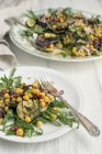 Poisson et frites avec salade de fleurs — Photo de stock