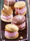 Macaroons filled with sorbet — Stock Photo