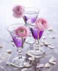 Cócteles violeta en vasos - foto de stock