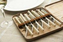 Vista de cerca de cuchillos de pescado antiguos y tenedores en conjunto - foto de stock