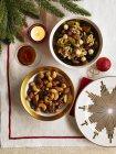 Вид зверху фрукти і гайка суміші в миску, спалюючи свічки і Різдво дрібничка — стокове фото