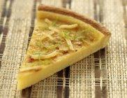 Vista del primo piano del pezzo di crostata limone e della limetta — Foto stock