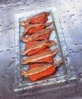 Красный перец с анчоусами на металлическом подносе — стоковое фото