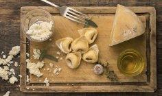 Pâtes fraîches tortellini à la main — Photo de stock