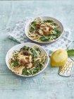 Pâtes spaghetti aux champignons et épinards — Photo de stock