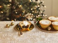 Placa de rellenas empanadas de picadillo - foto de stock