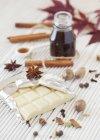 Anordnung von weißer Schokolade mit Gewürzen und Sirup — Stockfoto