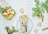 Vista superior de la mesa de Navidad con galletas, ramas de abeto y palitos de canela - foto de stock