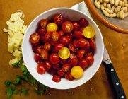 Tranches de tomates cerises dans un bol — Photo de stock