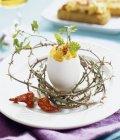 Vista del primo piano di frittata in un guscio d'uovo con erbe e peperoncino — Foto stock