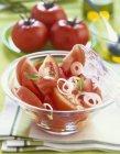 Ensalada de tomate en tazón - foto de stock