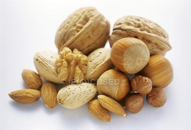 Rohe gemischte Nüsse im Haufen — Stockfoto
