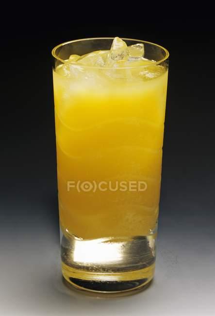 Glas Orangensaft mit Eis — Stockfoto