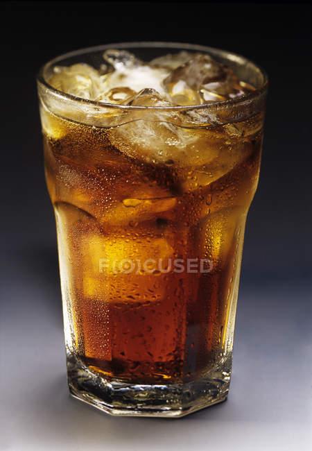 Bicchiere di cola con ghiaccio — Foto stock