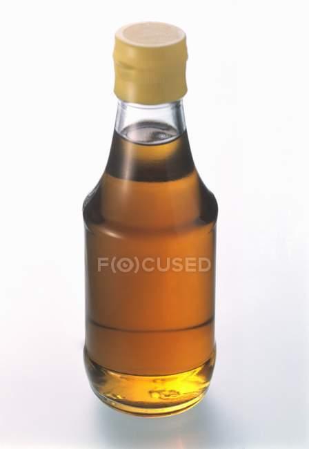 Closeup de vista de uma garrafa de molho de peixe — Fotografia de Stock