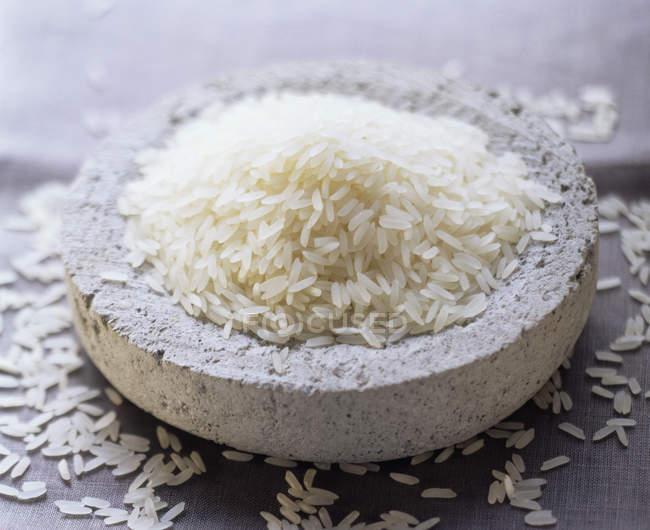 Ungekochter Reis in Tonschüssel — Stockfoto