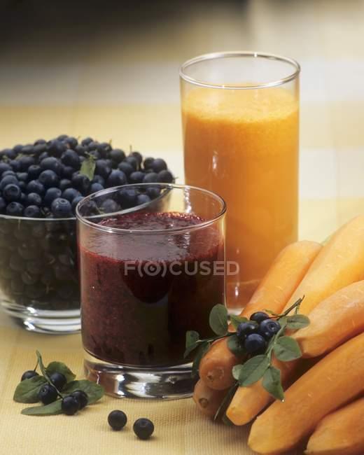 Succo di mirtillo e succo di carota — Foto stock