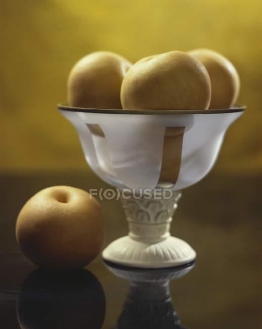 Peras Nashi na fruteira — Fotografia de Stock