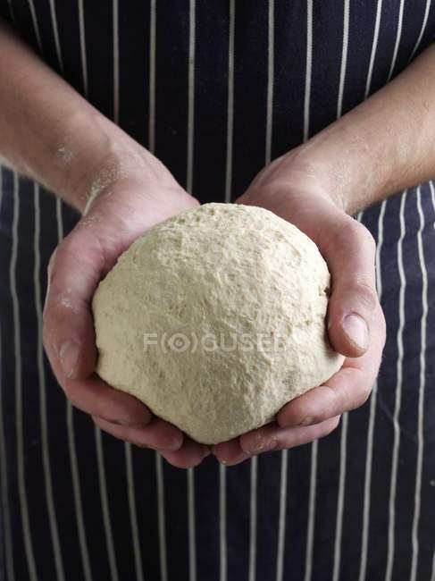 Крупним планом вид на руки, що тримає куля з тіста — стокове фото