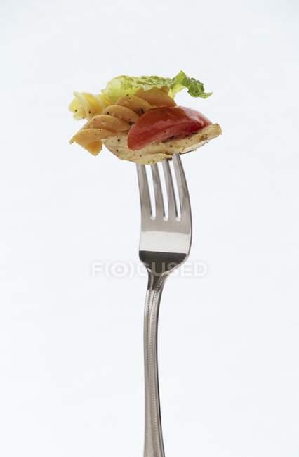Salada de macarrão com frango em garfo — Fotografia de Stock