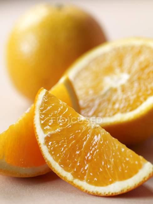 Arancia fresca con fette — Foto stock