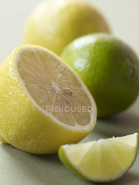 Fresh Lemons and Limes — Stock Photo