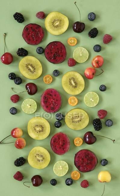 Sortierte halbierte Früchte und Beeren — Stockfoto