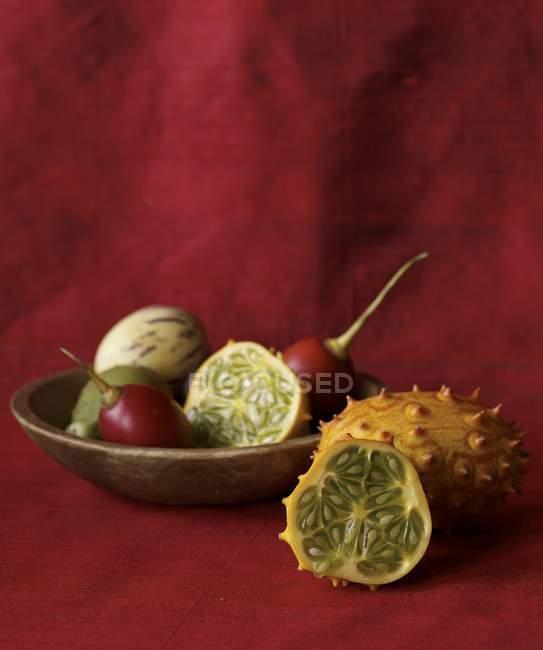 Closeup vista de frutas exóticas na tigela e peras espinhosas — Fotografia de Stock