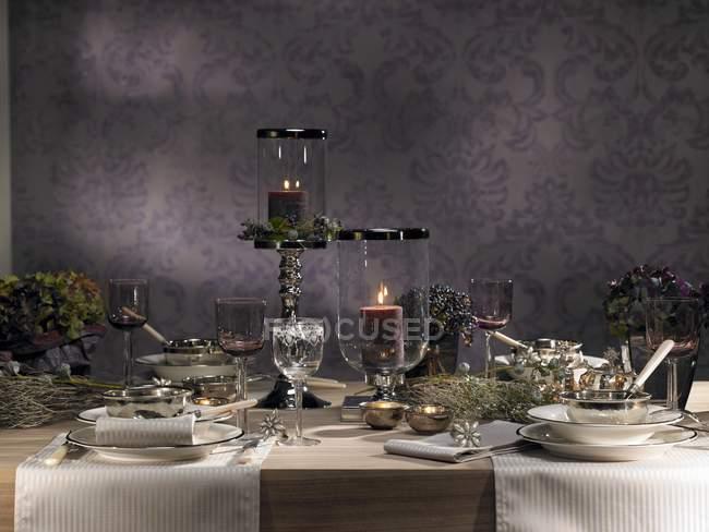 Ein festlich gedeckter Tisch mit Blumen und Kerzen dekoriert — Stockfoto