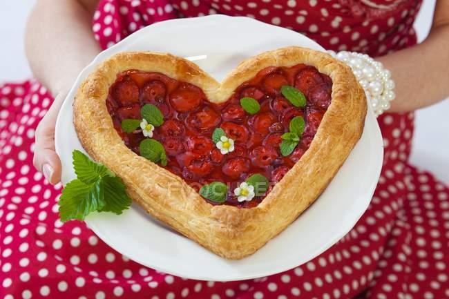 Tarte aux fraises en forme de coeur — Photo de stock