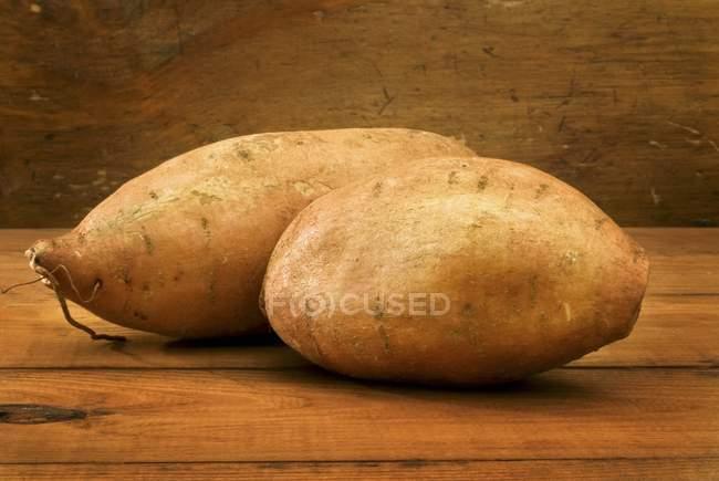 Rohe gewaschene Süßkartoffeln — Stockfoto