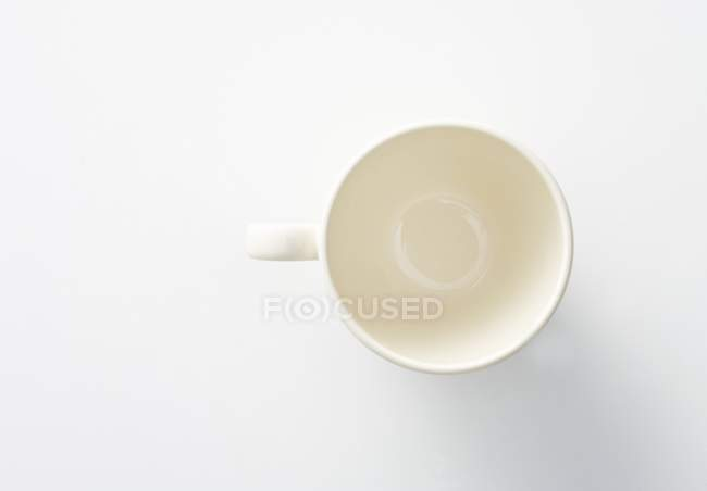 Вид сверху на одну белую чашку — стоковое фото